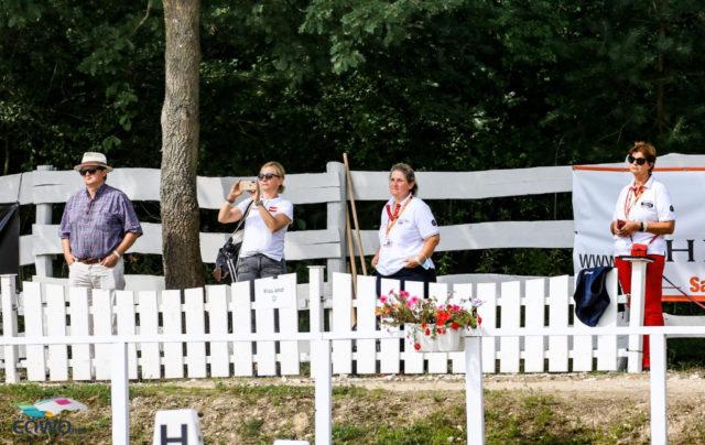 OEPS-Dressurreferentin Diana Wünschek beobachtet die Leistungen ihrer Schützlinge am Rande des Dressurvierecks. © Petra Kerschbaum
