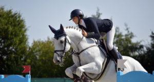 Sieg im Großen Preis der Junioren: Sally Zwiener bleibt als einige Reiterin über 140 cm im Stechen fehlerfrei und holt sich in Lamprechtshausen einen Heimsieg! © Fotoagentur Dill