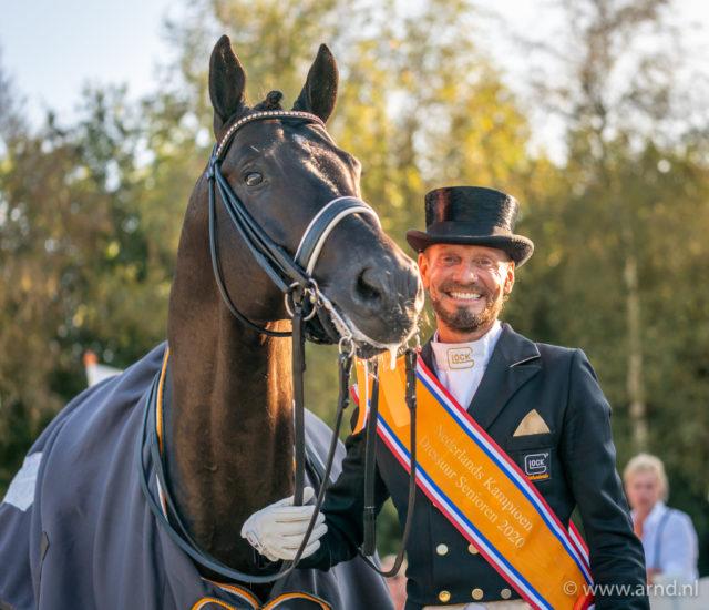 Für Edward Gal (NED) ist der niederländische Meisterschaftstitel ein emotionaler Sieg und erst den Anfang von etwas großem! Mit dem erst neunjährigen Totilas-Sohn Toto Jr. gewinnt er mit 86,15% in Ermelo (NED). © GHPC/Arnd Bronkhorst
