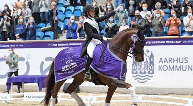 So sehen Sieger aus! Cathrine Dufour (DEN) holte sich mit Nachwuchspferd Bohemian mit 88,2% den Sieg im Weltcup von Vilhelmsborg! © Ridehesten.com