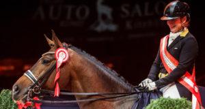 Amadeus Horse Indoors: Isabell Werth (GER) und DSP Quantaz bei der Siegerehrung vor leeren Rängen. © EQWO.net