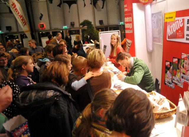 Als Publikumsliebling umringt von Fans: Peter Gmoser bei der Autogrammstunde beim Wiener Pferdefest 2012. © Ruth M Büchlmann | EQWO.net