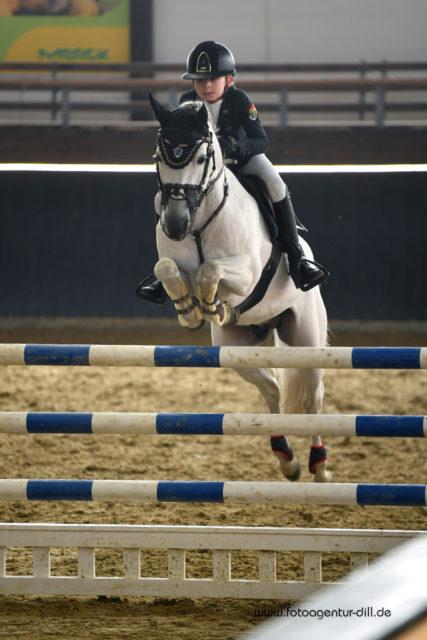 Ein schickes Paar! Jolie Kühner und der 13-jährige Schimmelhengst zeigen über das Pony-M-Springen eine makellose Manier. © Fotoagentur Dill
