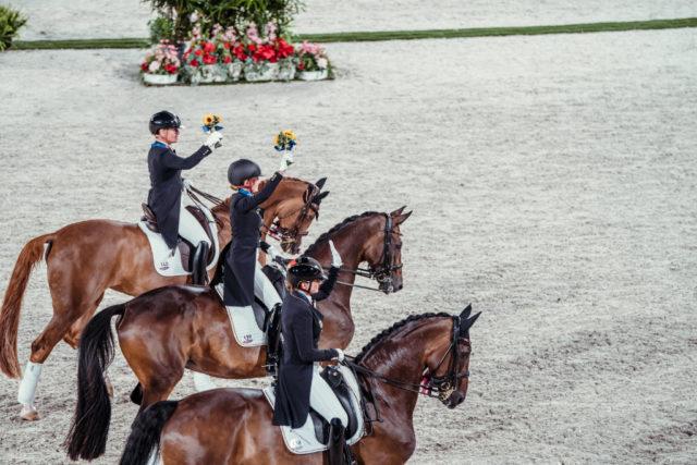Gold für Deutschland bei den Olympischen Spielen 2020! Die Golden Girls sind (v.l.n.r.) Dorothee Schneider, Isabell Werth und Jessica von Bredow-Werndl! © FEI/Christophe Taniere
