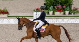 Die österreichische Vielseitigkeitsreiterin Lea Siegl (AUT/OÖ) und ihr 14-jähriger Ostermond xx-Sohn Fighting Line konnten bei der Dressur der Olympischen Spiele in Tokio eine gute Runde zeigen und starten mit 32,6 Minuspunkten in die Cross-Country-Strecke. ©️ Arnd Bronkhorst