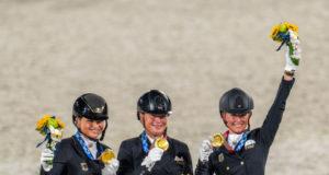 Gold für Deutschland bei den Olympischen Spielen 2020! Die Golden Girls sind (v.l.n.r.) Dorothee Schneider, Isabell Werth und Jessica von Bredow-Werndl! © Arnd Bronkhorst