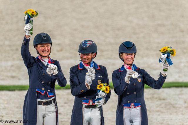 Die Mannschafts-Silbermedaille im Dressurreiten der Olympischen Spiele in Tokio geht an die USA (v.l.n.r.: Adrienne Lyle, Steffen Peters & Sabine Schut-Kery). © Arnd Bronkhorst