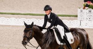 Jessica von Bredow-Werndl (GER) feierte mit ihrer TSF Dalera und 84.379 % im Grand Prix ihre persönliche Bestleitung im Baji Koen Equestrian Park Tokyo (JPN) © FEI/Shannon Brinkman