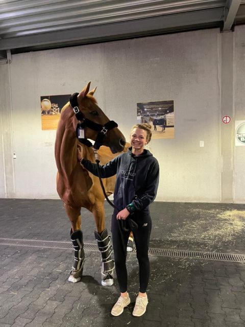 """Gute Reise """"Fighty""""! Lea Siegl verabschiedet ihren Sportpartner und übergab ihn während des Fluges in die Hände ihrer Teamkollegin Katrin Khoddam-Hazrati, in Tokio kümmerten sich die Dressurreiter bis zur Ankunft des VS-Teams um die Pferde. © Julia Öhner"""