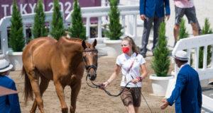 Olympische Spiele: Lea Siegl führt ihren 14-jährigen Ostermond xx-Sohn DSP Fighting Line gekonnt den Tierärzten beim Vetcheck in Tokio vor. ©️ Arnd Bronkhorst