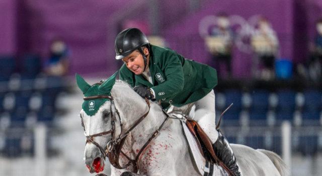 Ein grausiger Anblick: Kilkenny blutete im Parcours bei den Olympischen Spielen in Tokio stark aus beiden Nasenlöchern. Reiter Cian O'Connor (IRE) bekam es anscheinend nicht mit, die Richter ließen weiterreiten. ©️ Arnd Bronkhorst