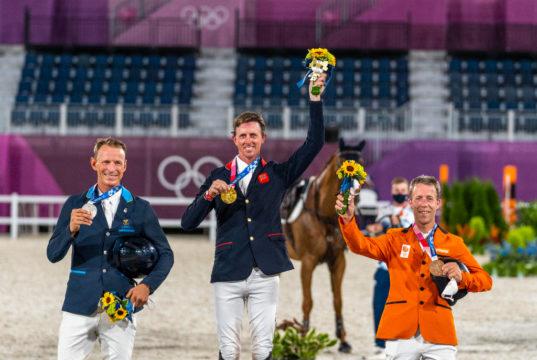 Die drei Herren Peder Fredricson (SWE), Ben Maher (GBR) und Maikel van der Vleuten (NED) (v.l.n.r) zeigten sich bei der Siegerehrung der Olympischen Spiele in Tokio emotional. ©️ Arnd Bronkhorst