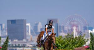 Was für eine Kulisse! Die Sea Forest Geländestrecke der Olympischen Spiele liget auf einer Insel in der Bucht vor Tokio. Lea Siegl (AUT/OÖ) und Fighting Line dürften sich in Japan jedenfalls sehr wohl fühlen! ©️ Arnd Bronkhorst